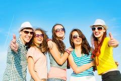 Groupe des lunettes de soleil de port et du chapeau des jeunes Photo libre de droits