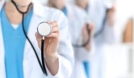 Groupe des médecins de médecine tiennent le plan rapproché principal de stéthoscope Médecins prêts à examiner et aider le patient photos stock
