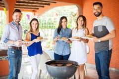 Groupe des personnes à un barbecue Photo libre de droits