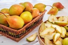 Groupe des poires et de la moitié d'une poire sur les conseils en bois blancs Photos stock