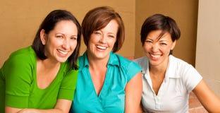 Groupe divers d'amis parlant et riant Images stock