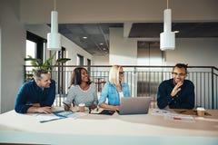 Groupe divers d'hommes d'affaires ayant une réunion dans un bureau image libre de droits