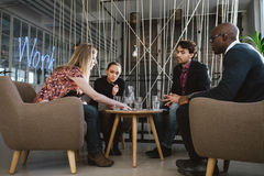 Groupe divers de cadres discutant des affaires image stock