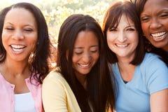 Groupe divers de femmes parlant et riant Photographie stock