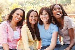 Groupe divers de femmes parlant et riant Photo libre de droits