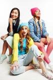 Groupe divers de filles de nation, société adolescente d'amis gaie ayant l'amusement, sourire heureux, pose mignonne d'isolement  Photos libres de droits