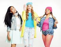 Groupe divers de filles de nation, société adolescente d'amis gaie ayant l'amusement, sourire heureux, pose mignonne d'isolement  Photo stock