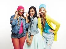 Groupe divers de filles de nation, société adolescente d'amis gaie ayant l'amusement, sourire heureux, pose mignonne d'isolement  Photos stock