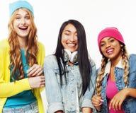 Groupe divers de filles de nation, société adolescente d'amis gaie ayant l'amusement, sourire heureux, pose mignonne sur le blanc Photo libre de droits