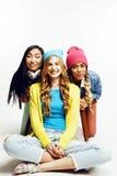 Groupe divers de filles de nation, société adolescente d'amis gaie ayant l'amusement, sourire heureux, pose mignonne sur le blanc Images libres de droits