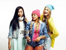 Groupe divers de filles de nation, société adolescente d'amis gaie ayant l'amusement, sourire heureux, pose mignonne sur le blanc Photographie stock libre de droits