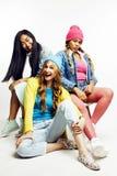 Groupe divers de filles de nation, société adolescente d'amis gaie ayant l'amusement, sourire heureux, pose mignonne sur le blanc Photos libres de droits