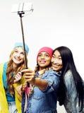 Groupe divers de filles de nation, société adolescente d'amis gaie ayant l'amusement, sourire heureux, pose mignonne sur le blanc Photo stock