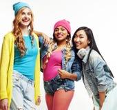 Groupe divers de filles de nation, société adolescente d'amis gaie ayant l'amusement, sourire heureux, pose mignonne sur le blanc Images stock