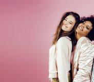 Groupe divers de filles de nation, société adolescente d'amis gaie ayant l'amusement, sourire heureux, pose mignonne sur le blanc Image stock