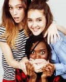 Groupe divers de filles de nation, société adolescente d'amis gaie ayant l'amusement, sourire heureux, pose mignonne sur le blanc Image libre de droits