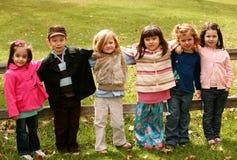 Groupe divers de petits gosses à l'extérieur Photos libres de droits