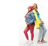 Groupe divers de sourire heureux de filles, acclamation adolescente de société d'amis Photos libres de droits
