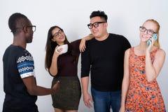 Groupe divers heureux d'amis ethniques multi souriant ensemble whi Images libres de droits