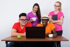 Groupe divers heureux d'amis ethniques multi souriant et employant la La Image stock