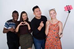 Groupe divers heureux d'amis ethniques multi souriant et posant W Images libres de droits