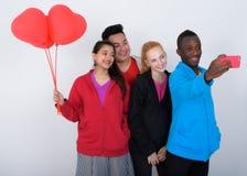 Groupe divers heureux d'amis ethniques multi souriant et prenant s Image stock