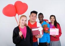 Groupe divers heureux d'amis ethniques multi souriant tandis que holdin Images libres de droits