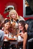 Groupe divers mangeant de la pizza à l'extérieur Images stock