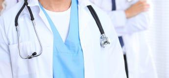 Groupe dos doutores desconhecidos que estão em linha reta no escritório do hospital Feche acima do estetoscópio no peito do médic fotografia de stock