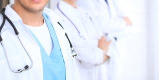 Groupe dos doutores desconhecidos que estão em linha reta no escritório do hospital Feche acima do estetoscópio no peito do médic fotos de stock