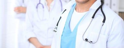 Groupe dos doutores desconhecidos que estão em linha reta no escritório do hospital Feche acima do estetoscópio no peito do médic fotos de stock royalty free