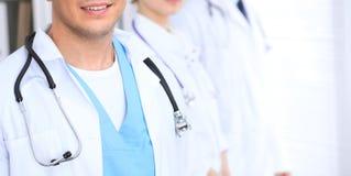 Groupe dos doutores desconhecidos que estão em linha reta no escritório do hospital Feche acima do estetoscópio no peito do médic fotografia de stock royalty free