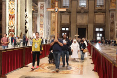 Groupe dos peregrinos está visitando a basílica de St Peter, Cidade Estado do Vaticano, Roma, Itália Foto de Stock Royalty Free