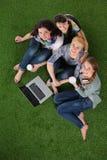 Groupe du jeune étudiant à l'aide de l'ordinateur portable ensemble Photos stock