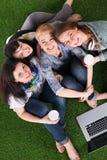 Groupe du jeune étudiant à l'aide de l'ordinateur portable ensemble Image stock