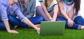 Groupe du jeune étudiant à l'aide de l'ordinateur portable ensemble Photos libres de droits