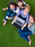 Groupe du jeune étudiant à l'aide de l'ordinateur portable ensemble Photographie stock libre de droits
