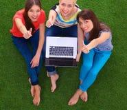 Groupe du jeune étudiant à l'aide de l'ordinateur portable ensemble Images libres de droits