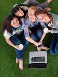 Groupe du jeune étudiant à l'aide de l'ordinateur portable ensemble Photo libre de droits