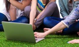 Groupe du jeune étudiant à l'aide de l'ordinateur portable ensemble Images stock