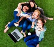 Groupe du jeune étudiant à l'aide de l'ordinateur portable ensemble Photographie stock