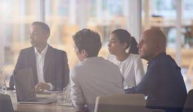 Groupe dynamique de gens d'affaires multiethinic divers dans le bureau moderne image stock