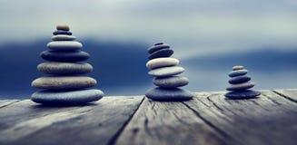 Groupe en bois de planche de pierres de concept d'objets Photo stock