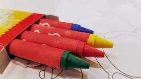 Groupe en gros plan de crayons colorés dans la boîte photos stock
