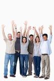 Groupe encourageant d'amis soulevant leurs bras Photos stock