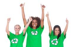 Groupe enthousiaste d'activistes environnementaux renonçant à des pouces Photo stock