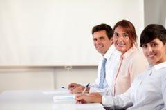 Groupe exécutif adulte souriant à vous Photo libre de droits