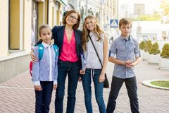Groupe extérieur de portrait d'étudiants avec le professeur images stock