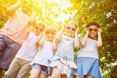 Groupe frais d'enfants en tant qu'amis interraciaux Image stock