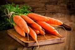 Groupe frais de carottes sur la planche à découper images libres de droits